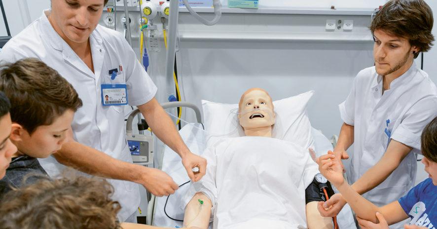 Entre médecins et infirmiers, une hiérarchie tenace // www.revuehemispheres.com